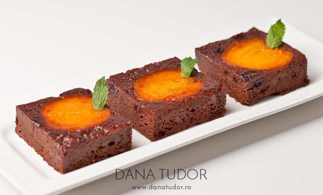 Prajitura rasturnata cu caise si ciocolata