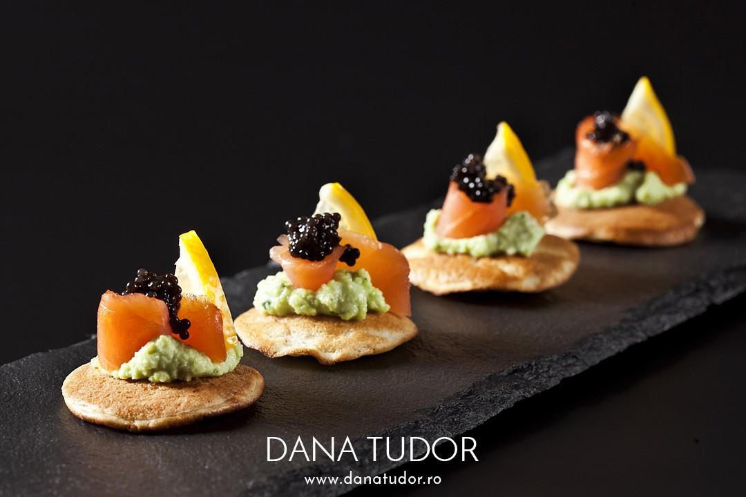 Blini cu avocado, somon afumat si caviar