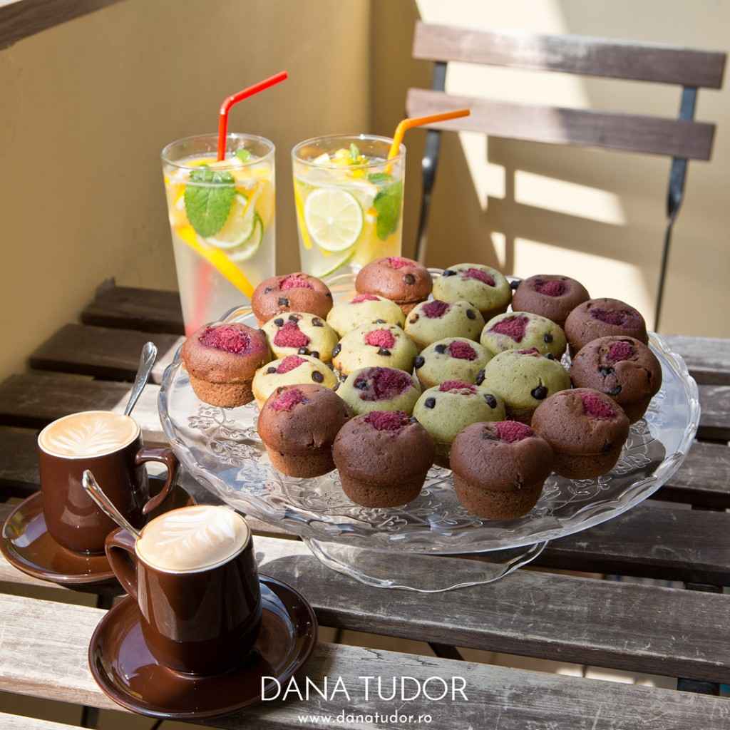 Muffins cu cafea, matcha, ciocolata si zmeura