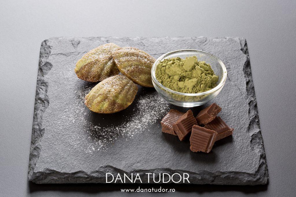 Madeleines marmorate cu matcha si ciocolata