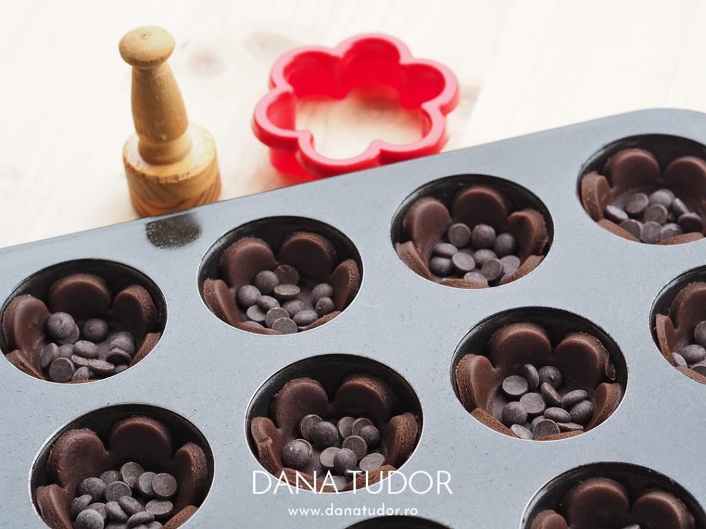 Cosulete cu ciocolata si bezea cu alune