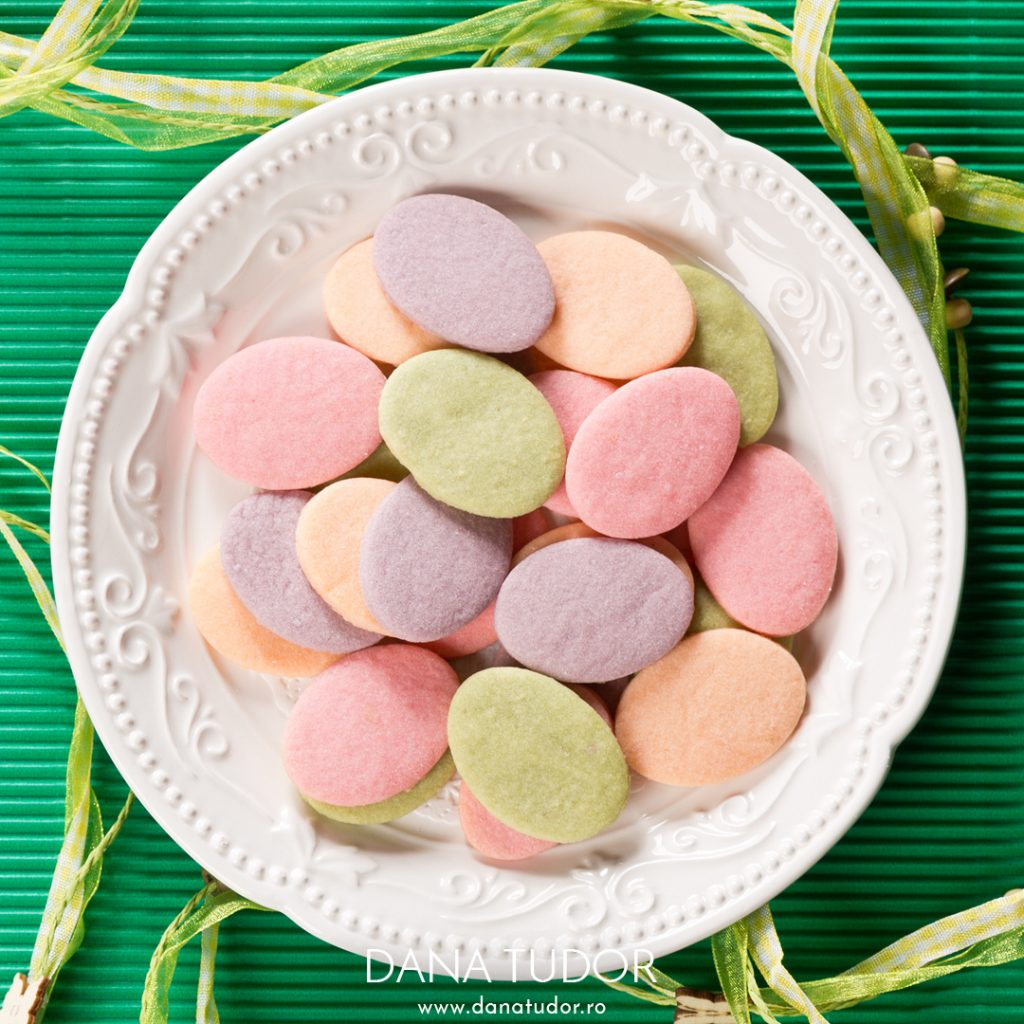 Biscuiti pastel cu arome de flori si fructe