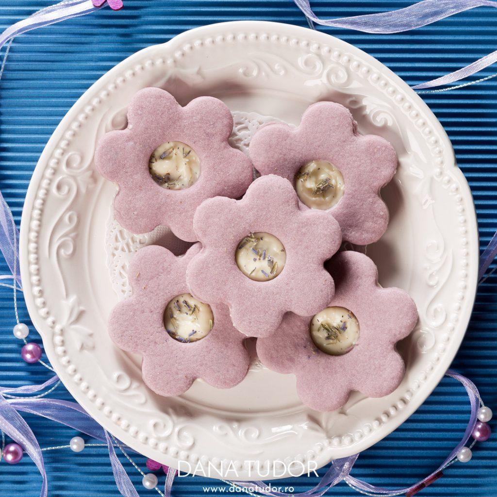 Biscuiti Linzer cu lavanda si ciocolata alba
