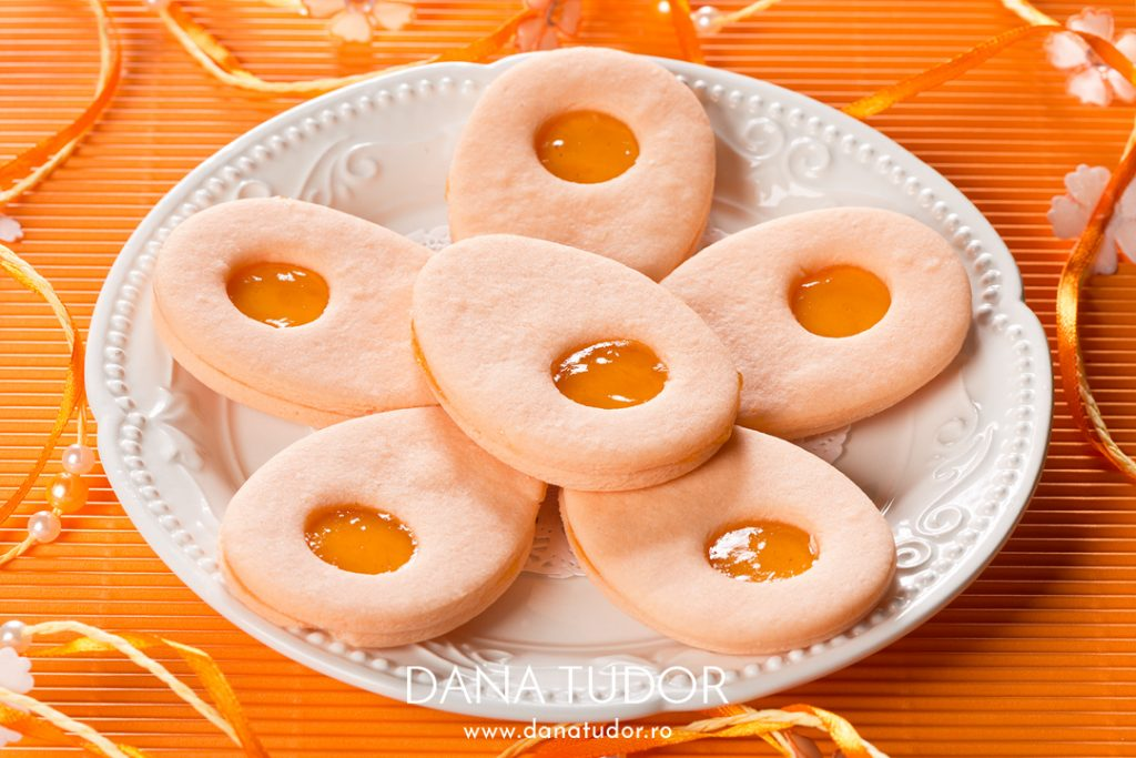 Biscuiti Linzer cu aroma si gem de caise