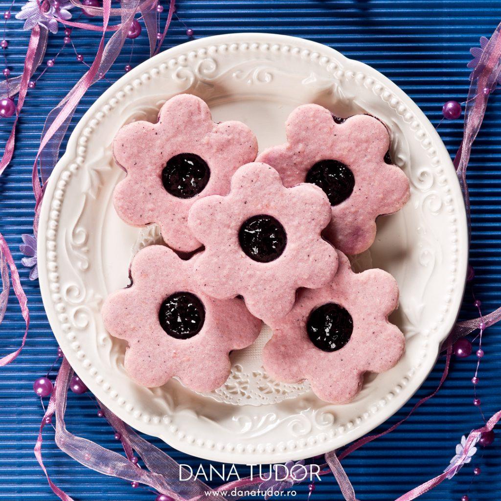 Biscuiti Linzer cu hibiscus si gem de coacaze negre