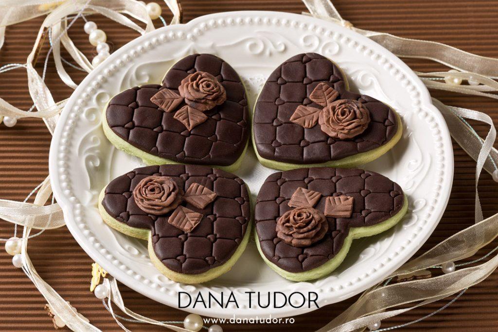 Biscuiti inimioare decorati cu ciocolata plastica